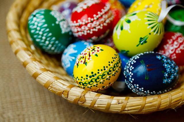 Como decorar huevos de pascua en casa ideas sencillas y for Como pintar huevos de pascua